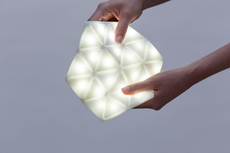 Kangaroo Light by STUDIO BANANA THiNGS: The first portable & flexible lighting device