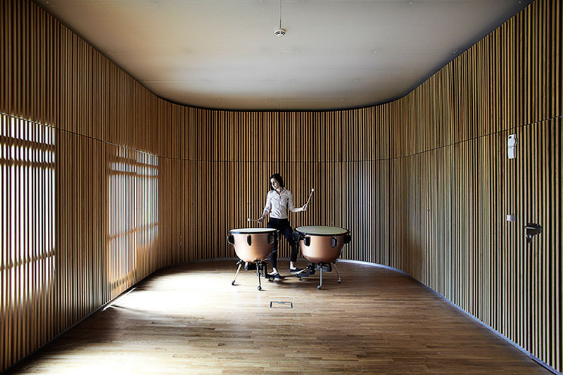 Natural light is filtered through the wooden lamellaes of the sound space for percussion instruments - Sonorous Museum by ADEPT